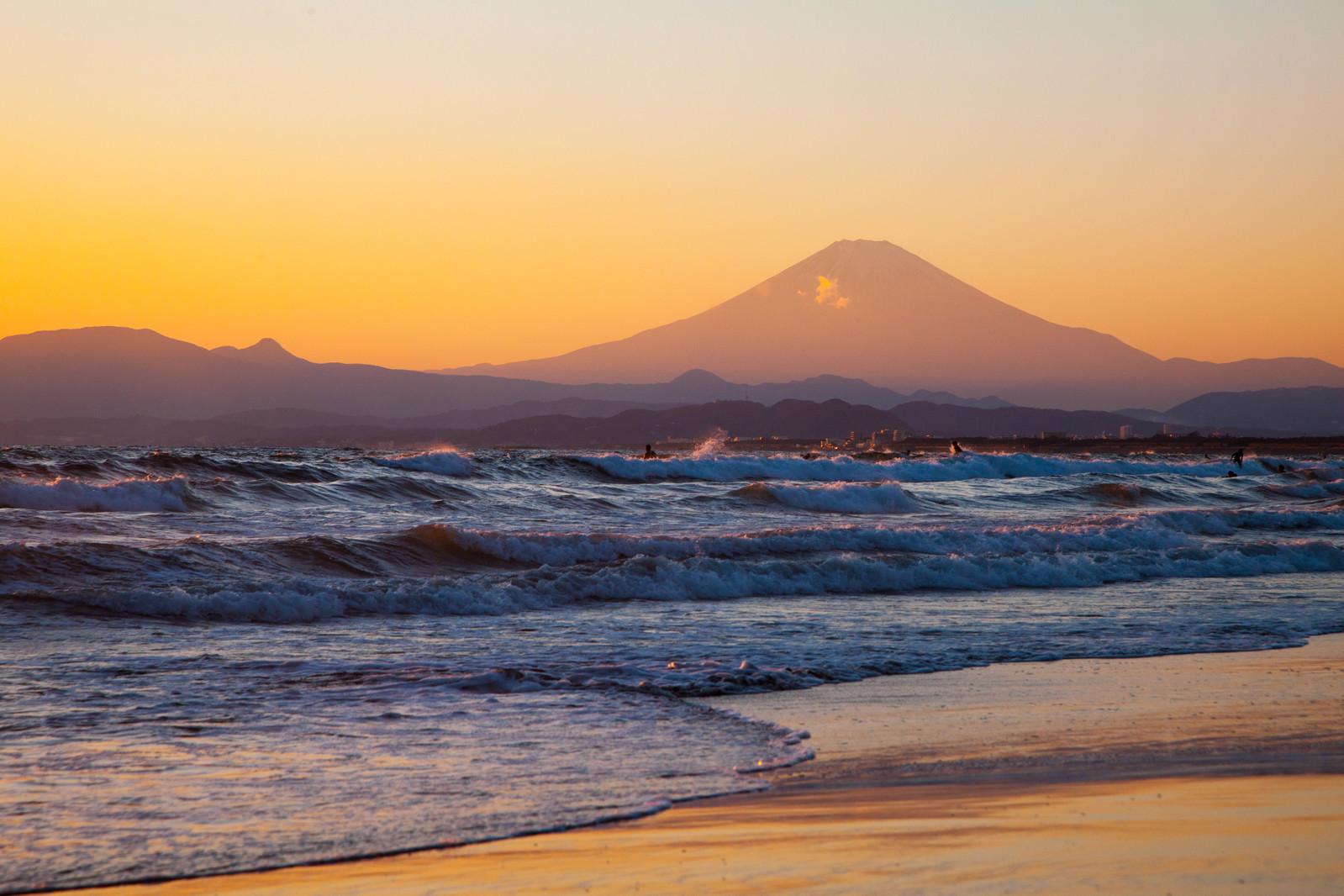 押し寄せる波と富士の山.jpg